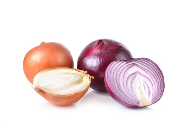 Czerwone i białe cebule na białym tle