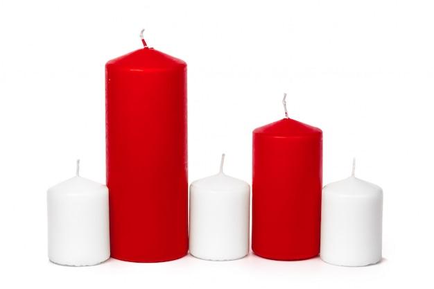 Czerwone i białe kolorowe świece boże narodzenie na białym tle