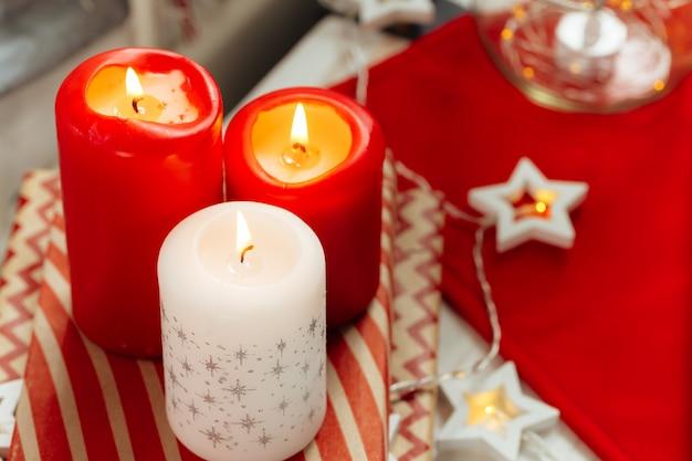 Czerwone i białe świece świąteczne dekoracje wnętrz