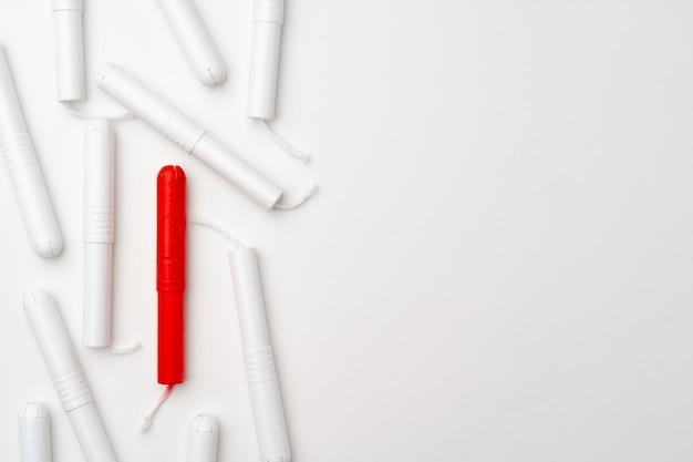 Czerwone i białe tampony medyczne kobieta na białym widoku z góry