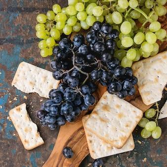 Czerwone i białe winogrona z krakersami