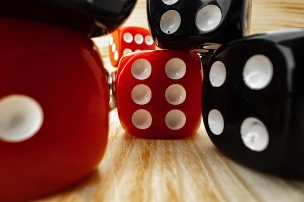 Czerwone i czarne kostki do gry na drewnianych