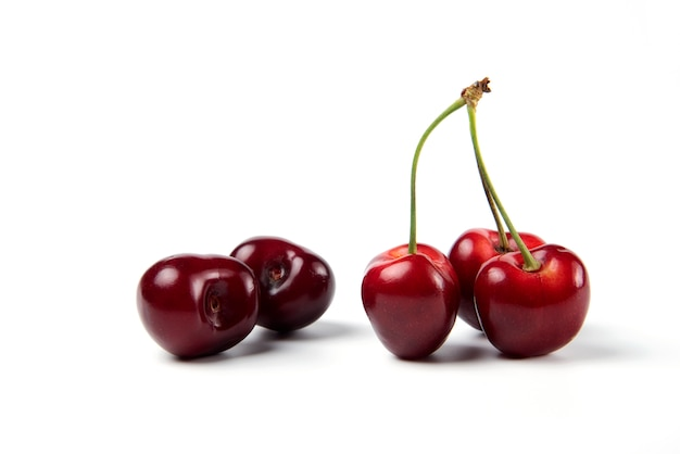 Czerwone i czarne wiśnie na białym tle