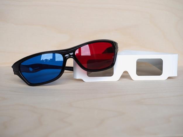 Czerwone i niebieskie oraz spolaryzowane okulary