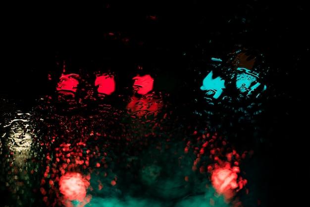 Czerwone i niebieskie światła odbijające się w zbiorniku wodnym w nocy