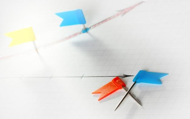 Czerwone i niebieskie szpilki do zaznaczania punktów kontrolnych