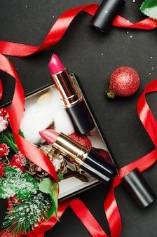 Czerwone i różowe szminki skład widok z góry