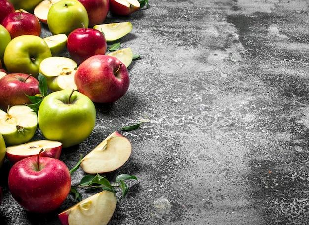 Czerwone i zielone jabłka. na rustykalnym tle.
