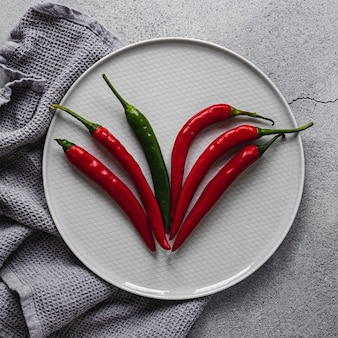 Czerwone i zielone papryczki chili