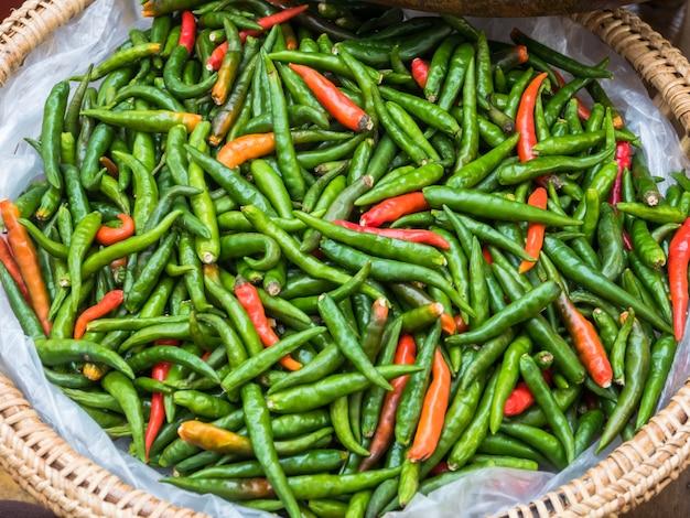 Czerwone i zielone papryczki chilli