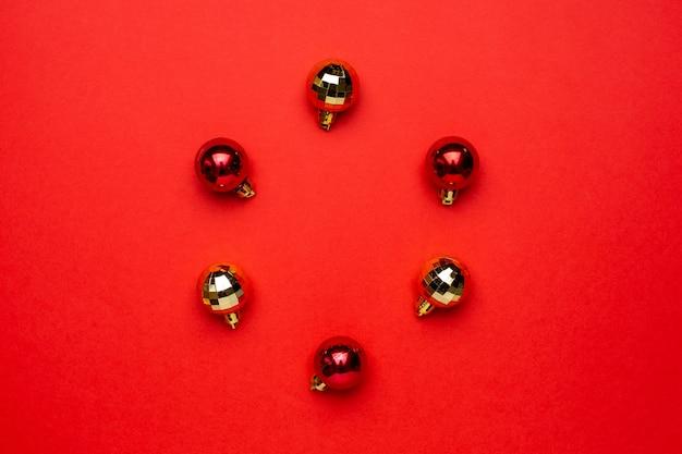 Czerwone i złote bombki na czerwonym tle.