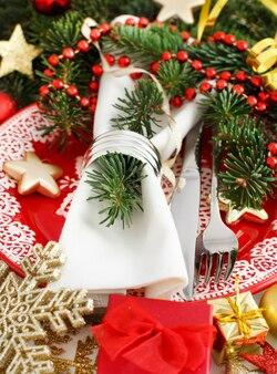 Czerwone i złote świąteczne nakrycie stołu
