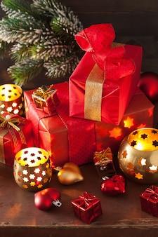 Czerwone i złote świąteczne pudełko ozdobne i świeca dekoracyjna