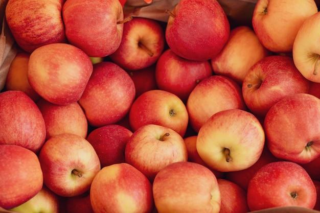 Czerwone i żółte jabłka w koszyku na targu