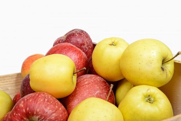 Czerwone i żółte jabłka