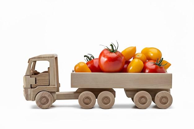 Czerwone i żółte pomidory z tyłu ciężarówki