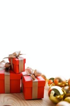 Czerwone i żółte prezenty christmas kulki