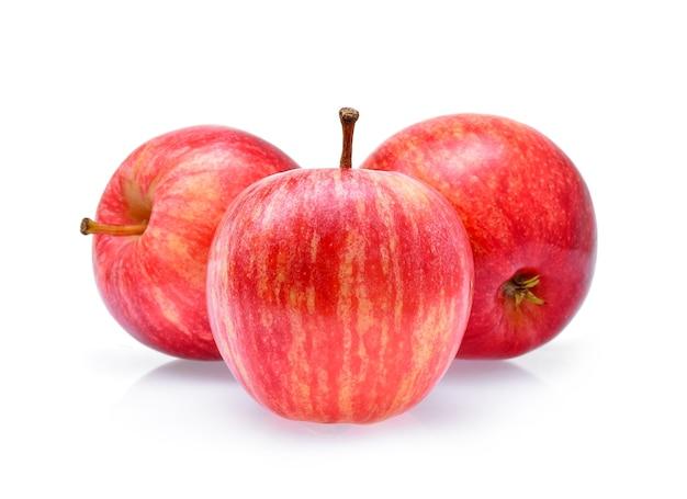 Czerwone jabłka gala na białym tle