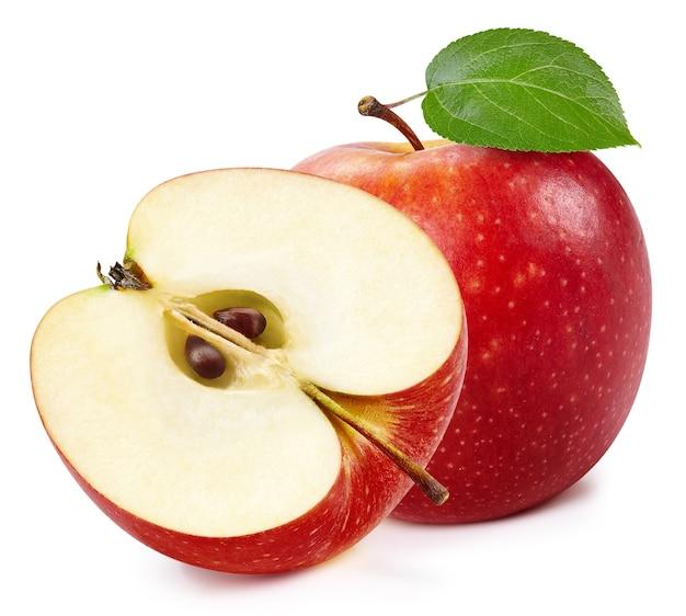 Czerwone jabłka na białym tle. dojrzałe świeże jabłka clipping path. jabłko z liściem
