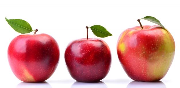 Czerwone jabłka na białym tle