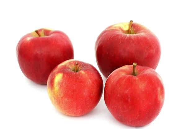 Czerwone jabłka na białym tle.
