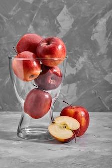 Czerwone jabłka na stole