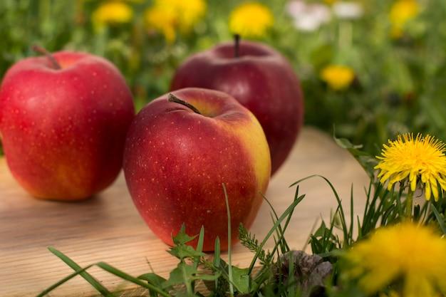 Czerwone jabłka organiczne