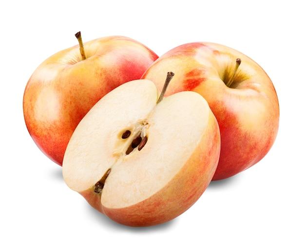Czerwone jabłka z plasterkiem na białym tle.