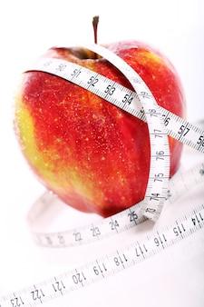 Czerwone jabłko i centymetrem