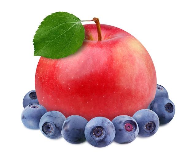 Czerwone jabłko i jagoda na białym tle na białym tle ze ścieżką przycinającą.