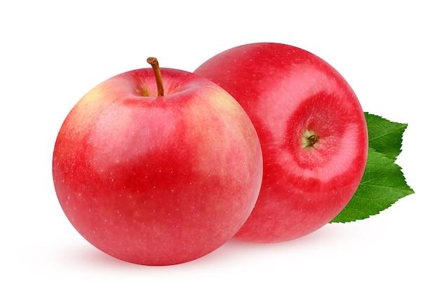 Czerwone jabłko na białym tle. dwa dojrzałe owoce.