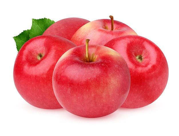 Czerwone jabłko na białym tle. pęczek dojrzałych owoców z liśćmi.