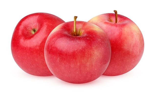 Czerwone jabłko na białym tle. trzy dojrzałe owoce.