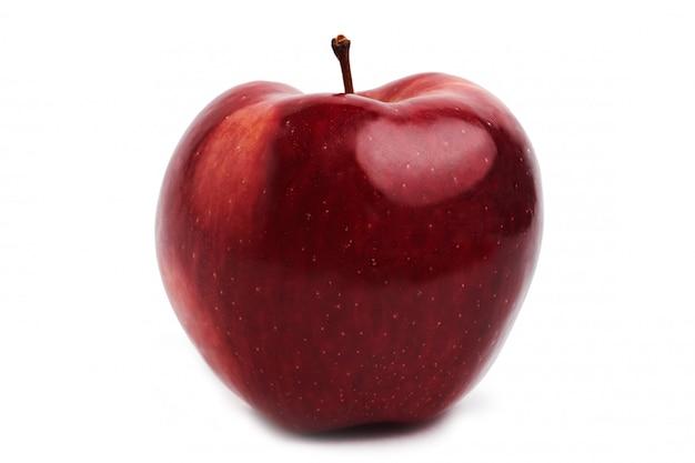 Czerwone jabłko na białym tle