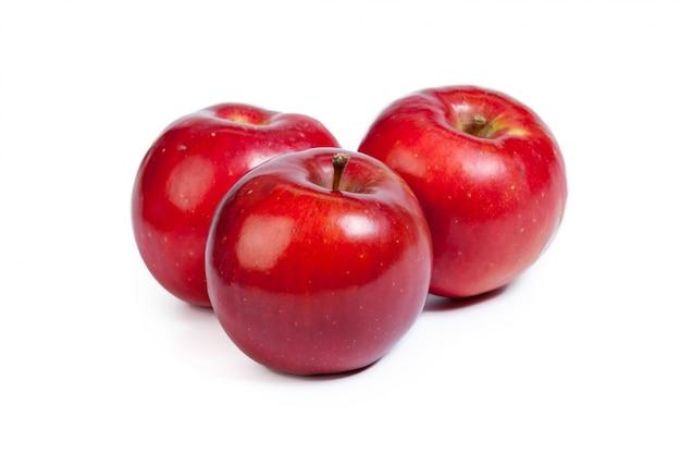 Czerwone Jabłko Na Białym Premium Zdjęcia