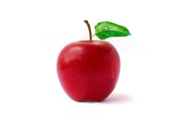 Czerwone jabłko, owoce i liście na białym tle.