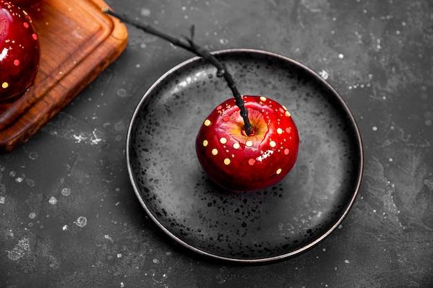 Czerwone jabłko w karmelu z dekoracją cukrową to oryginalna uczta na świąteczny stół halloween
