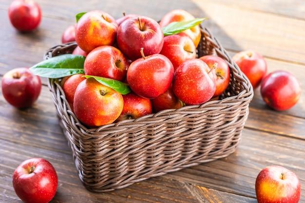 Czerwone jabłko w koszyku