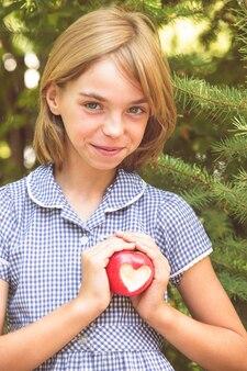 Czerwone jabłko w kształcie serca - prezent miłości