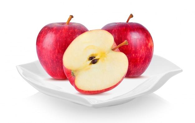 Czerwone jabłko w talerzu ceramicznym (piękny kształt)