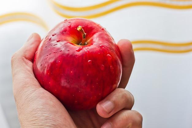 Czerwone jabłko z bliska