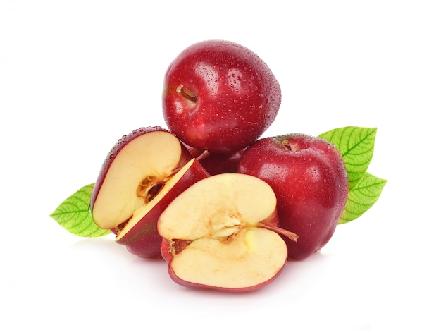 Czerwone jabłko z kroplą wody na białym tle