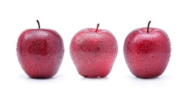 Czerwone jabłko z kropli wody, na białym tle