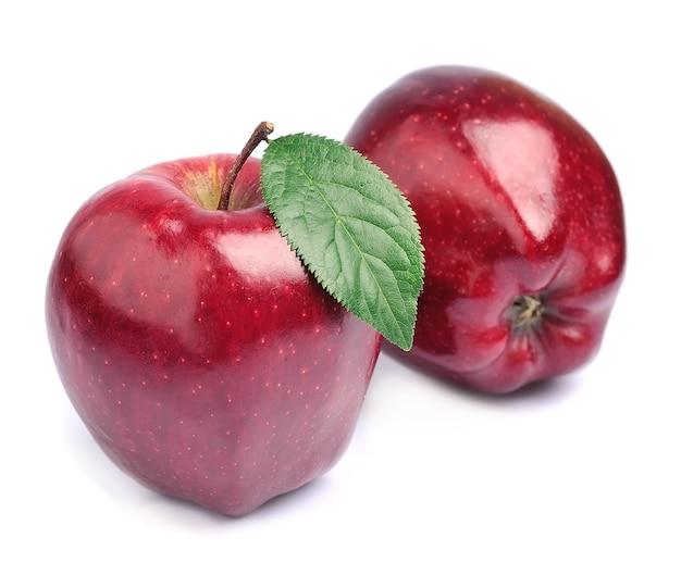 Czerwone jabłko z liściem na białym tle.
