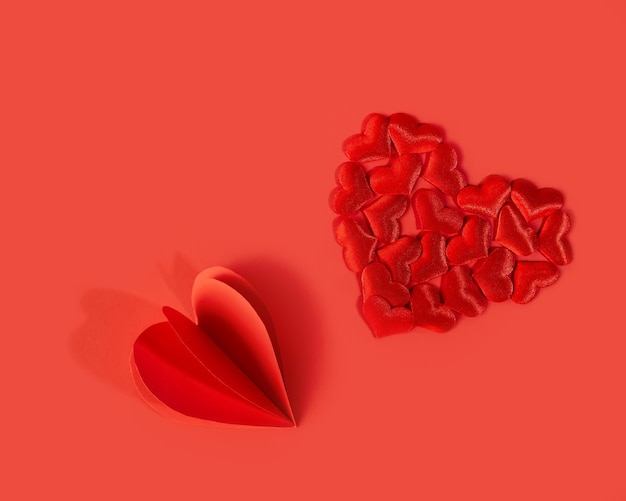 Czerwone jasne serca na czerwono