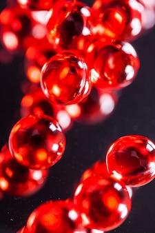 Czerwone kapsułki na lustrze