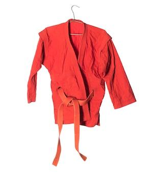 Czerwone kimono do sztuk walki na białym tle