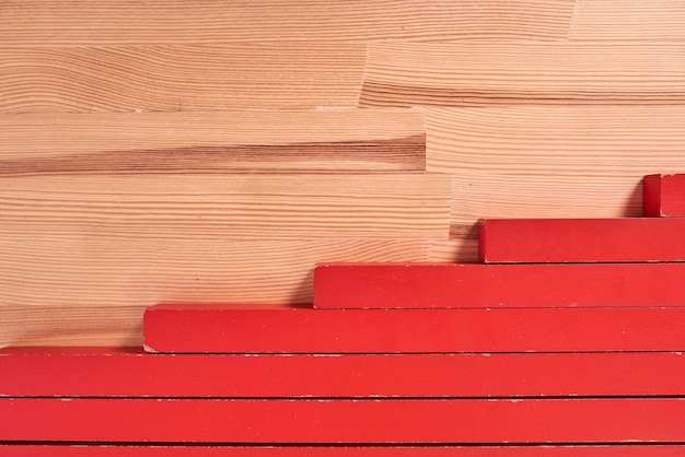 Czerwone klocki zabawki z bliska na drewnianym stole.