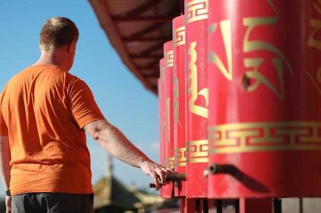 Czerwone koła modlitewne w buddyzmie