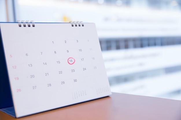 Czerwone kółko numer 16 w kalendarzu.